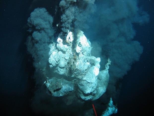 Ein Schwarzer Raucher auf einem mittelozeanischen Rücken (Foto: ROV-Team/Geomar)