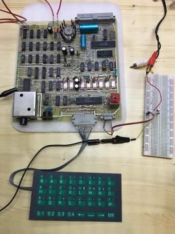 Gesamtansicht Z1013 mit Tastatur und BAS-Signal am Monitor (Foto: Mario Keller)