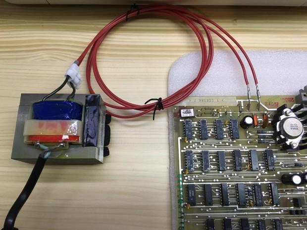 12V-Netzteil und Stromabschluss auf der Platine, inklusive Originalkabel (Foto: Mario Keller)