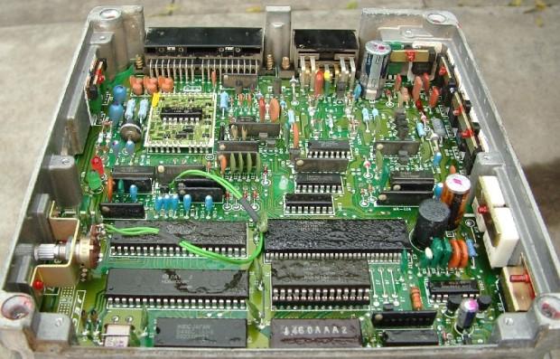 JECS-Steuergerät für den Lizenzbau einer Bosch LH-Jetronic mit 2-MHz-Motorola-6800-Prozessor (l. unten) und 16kB Kennfeldspeicher (r. unten gesockelt), ca. Mitte 1980er (Bild: Stefan-Xp/Wikipedia/GFDL)