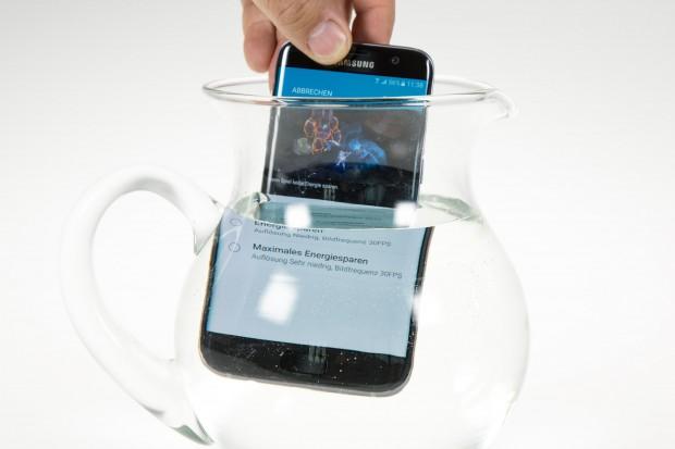 Das Galaxy S7 und das Galaxy S7 Edge sind nach IP68 vor Wasser und Staub geschützt. (Bild: Martin Wolf/Golem.de)
