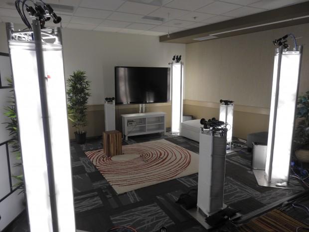 Das Holoportation-Setup mit den Spezialkameras und Bodenmarkierungen für Möbelstücke (Bild: Microsoft)
