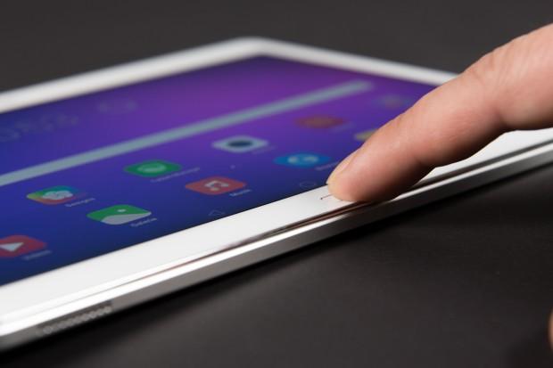 Im Home-Button ist ein schnell arbeitender Fingerabdrucksensor eingebaut. (Bild: Martin Wolf/Golem.de)