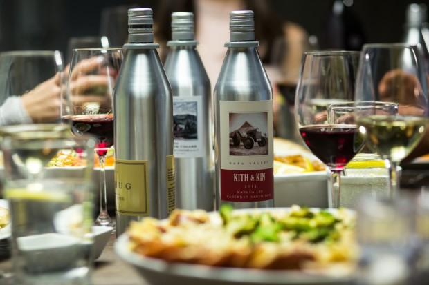 Ein gutes Essen und Wein in Aluflaschen (Bild: Kuvée)