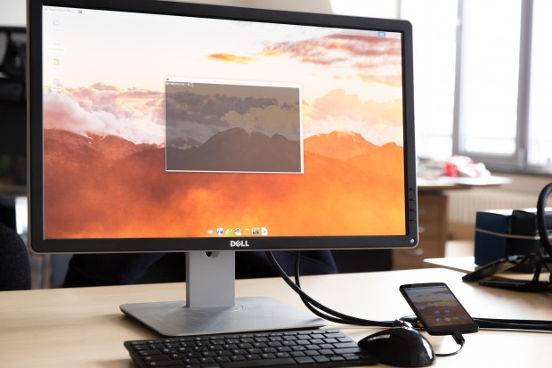 Das Nexus 5 mit installiertem Maru und angeschlossenem externen Monitor, auf dem Debian läuft (Bild: David Bates/Golem.de)