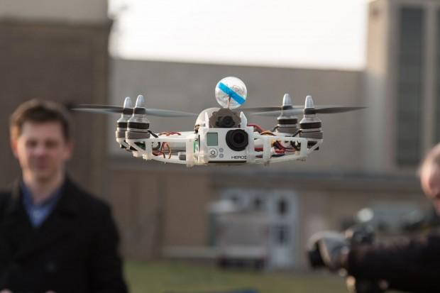 Die Geschwindigkeit und der Sound bei Drohnenrennen erinnern an die Formel 1. (Foto: Werner Pluta/Golem.de)