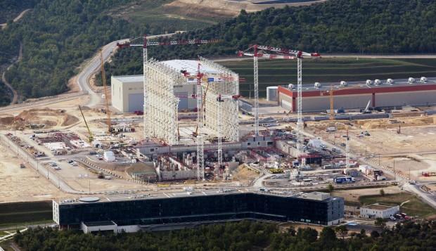 Zu erkennen ist die Montagehalle, in der Komponenten des Fusionsreaktors vormontiert werden. (Foto: Matthieu Colin/Iter)