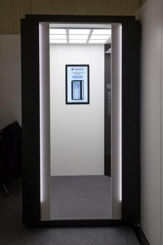 In der scannenden Umkleidekabine sitzen sie unsichtbar hinter den Leisten in den Ecken. (Foto: Werner Pluta/Golem.de)