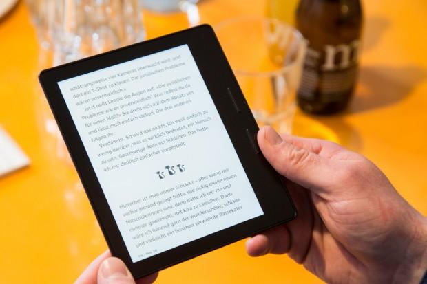 Amazons Kindle Oasis liegt sehr angenehm in der Hand. (Bild: Martin Wolf/Golem.de)