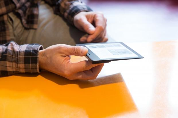 Der Kindle Oasis wiegt nur 131 Gramm. (Bild: Martin Wolf/Golem.de)