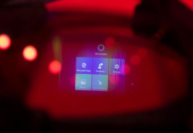 Für die bessere Sichtbarkeit wurde das Foto manipuliert (Spiegelung). Gut zu erkennen: Microsofts Kacheln sind Teil der Hololens. (Foto: Andreas Sebayang/Golem.de)