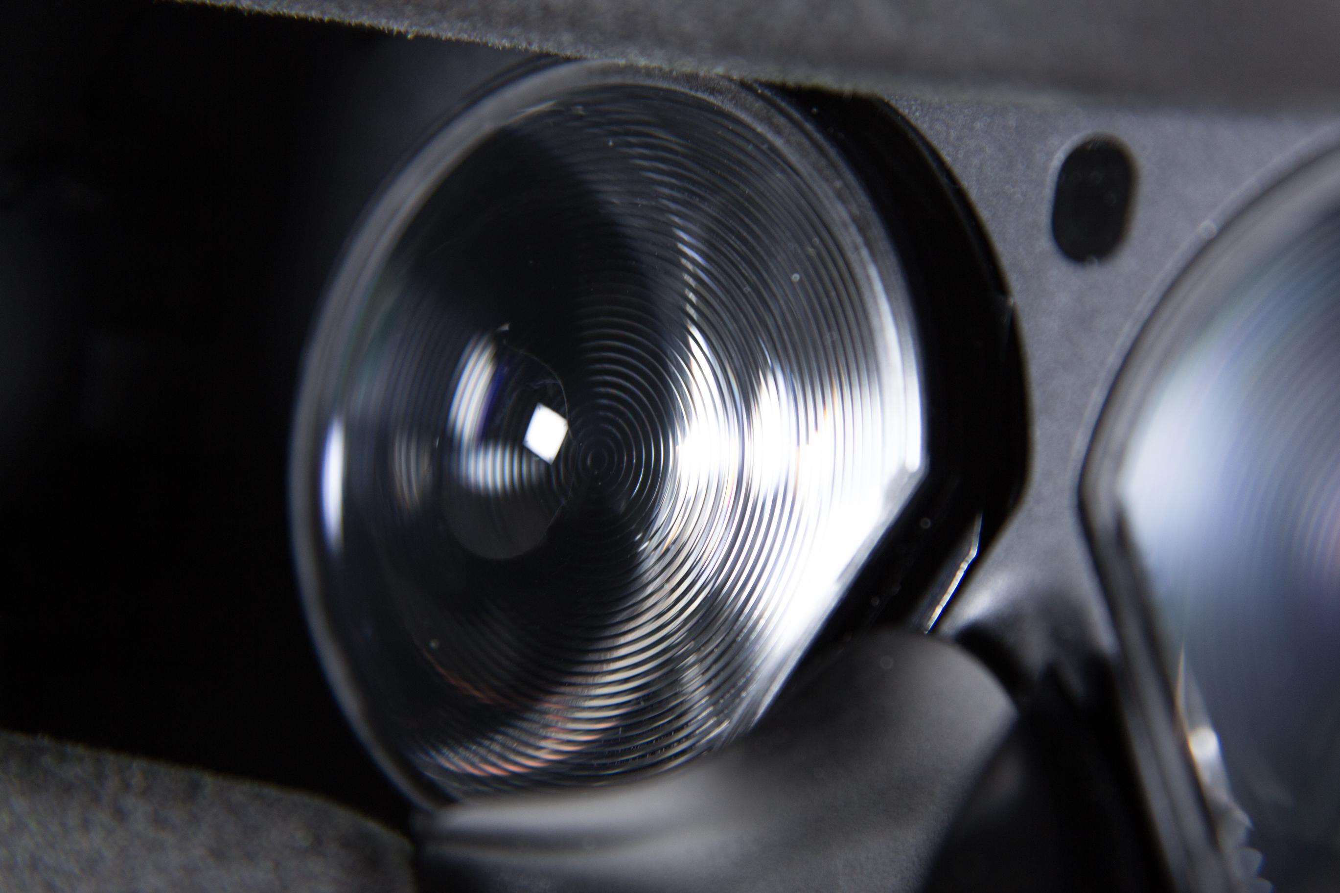 HTC Vive im Test: Zwei mal zwei Meter sind mehr, als man denkt - Der markante Schliff der Fresnel-Linsen (Bild: Martin Wolf/Golem.de)