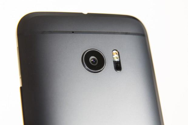 Die Kamera hat 12 Megapixel, die dank einer Größe von 1,55 µm mehr Licht einfangen sollen. (Bild: Martin Wolf/Golem.de)