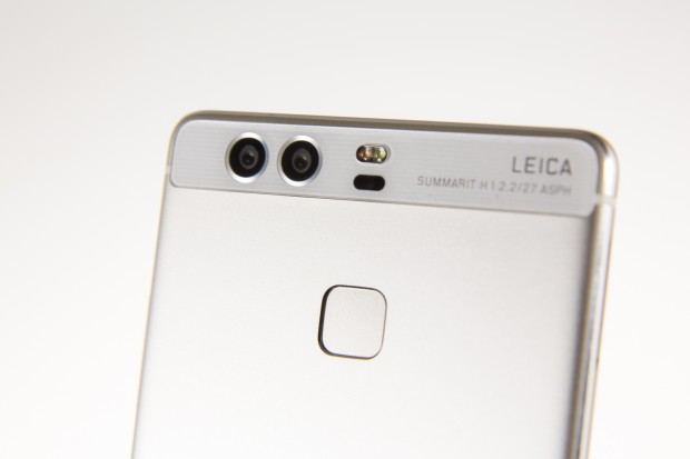 Hauptmerkmal ist die Dual-Kamera, die über einen RGB- und einen Monochromsensor verfügt. (Bild: Martin Wolf/Golem.de)