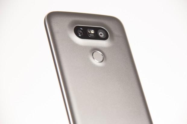 Das LG G5 hat ein Metallgehäuse und gleich zwei Hauptkameras. (Bild: Martin Wolf/Golem.de)