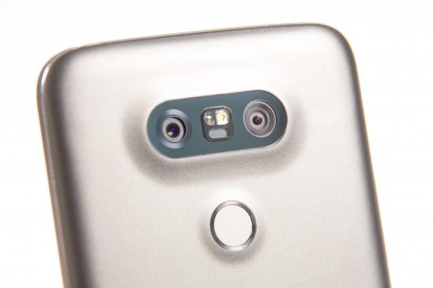 Die linke Kamera hat einen Aufnahmewinkel von 78 Grad, die rechte Kamera nimmt im Weitwinkel von 135 Grad auf. (Bild: Martin Wolf/Golem.de)