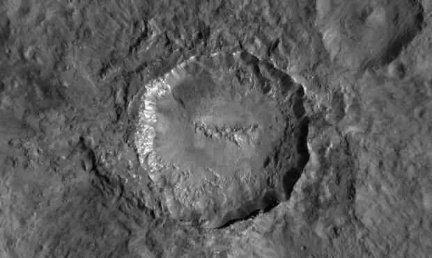 Der 34 Kilometer Haulani-Krater ist relativ jung. (Foto: Nasa/JPL-Caltech/UCLA/MPS/DLR/IDA/PSI)