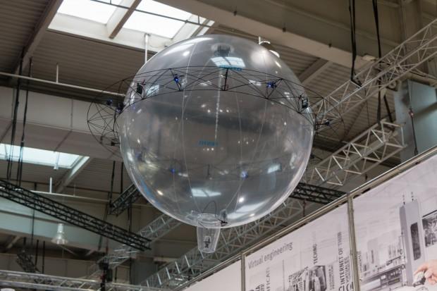 Free Motion Handling im Einsatz auf der Hannover Messe 2016. Es ist ein Heliumballon mit einem bionischen Greifer. Angetrieben wird er von acht Propellern. (Foto: Werner Pluta/Golem.de)