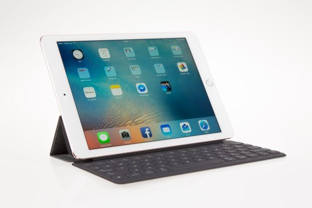 Das Smart Cover bietet eine kleine Tastatur, die aufgrund ihrer Größe aber weniger bequem zu benutzen ist als die des großen iPad Pro. (Bild: Martin Wolf/Golem.de)