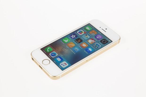 Das neue iPhone SE setzt auf das Design des iPhone 5 und 5S. (Bild: Martin Wolf/Golem.de)