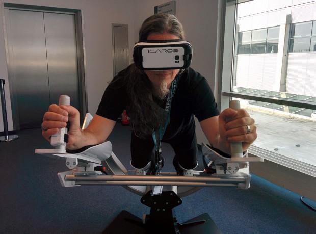 Mit voller VR-Montur: Der Autor beim Flug... (Foto: Petra Vogt)