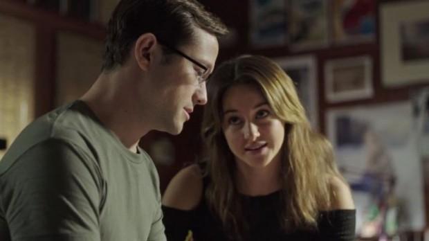 Seiner Freundin kann Snowden von seiner Arbeit natürlich nichts erzählen. (Bild: Screenshot/Open Road Films)
