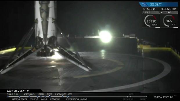 Die erste Stufe einer Falcon 9 Rakete, kurz nach der Landung während der JCSAT-14 Mission.