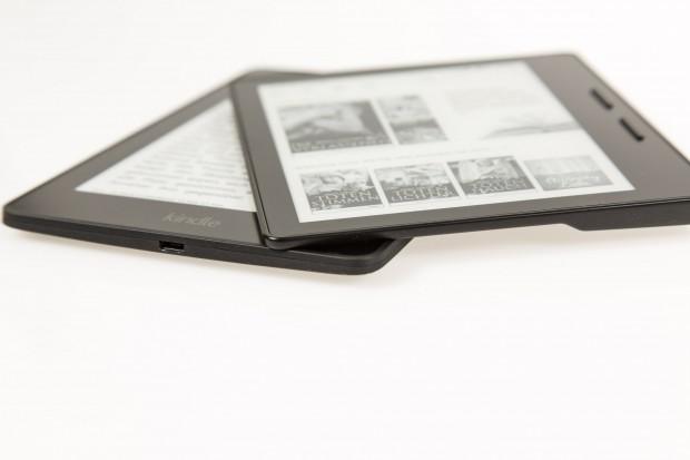 Der Kindle Oasis liegt auf dem Kindle Voyage. (Bild: Martin Wolf/Golem.de)