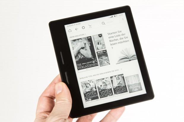 Amazons Kindle Oasis liegt ohne Akkupack sehr gut in der Hand. (Bild: Martin Wolf/Golem.de)