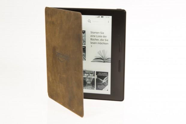 Der Akkupack gibt dem Kindle Oasis eine klappbare Hülle. (Bild: Martin Wolf/Golem.de)