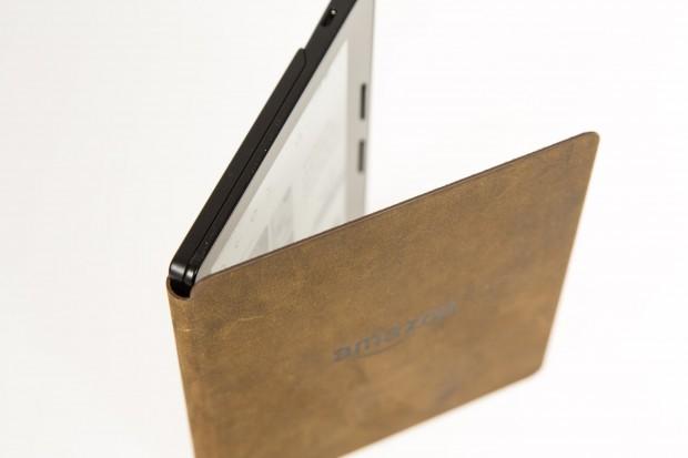 Der Kindle Oasis kann mit Akkupack wie ein Buch aufgeklappt werden. (Bild: Martin Wolf/Golem.de)
