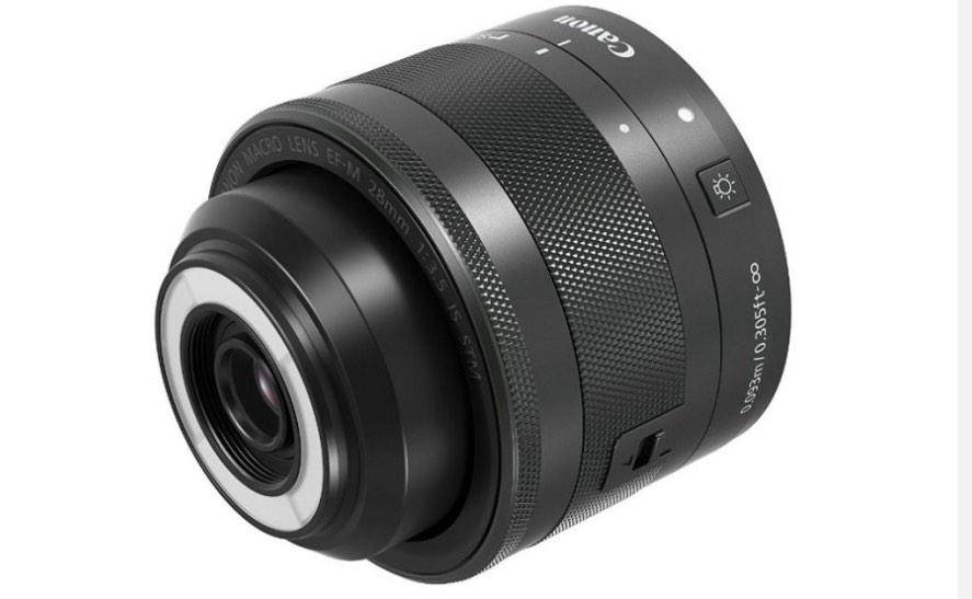 Canon: Makroobjektiv mit eingebautem Ringblitz - Canon EF-M 28mm 1:3,5 Makro IS STM (Bild: Canon)