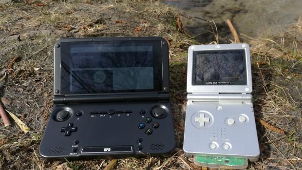 Im Sonnenschein verblasst der Bildschirm des GPD XD gegenüber dem LCD-Panel des Nintendo Gameboy Advance SP. (Bild: Martin Wolf/Golem.de)