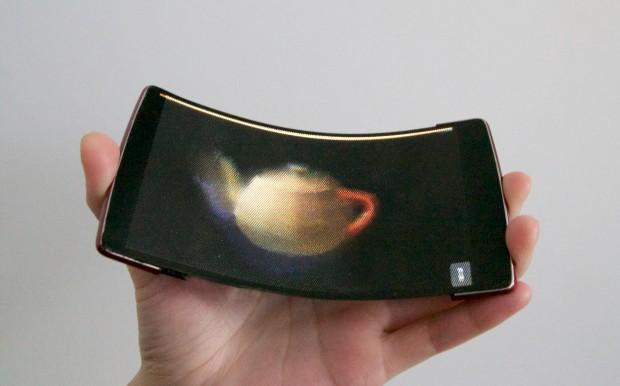 Das Holoflex ist biegbar, das Display besteht aus über 16.000 Linsen und kann Inhalte dreidimensional anzeigen. (Bild: Queen's University)