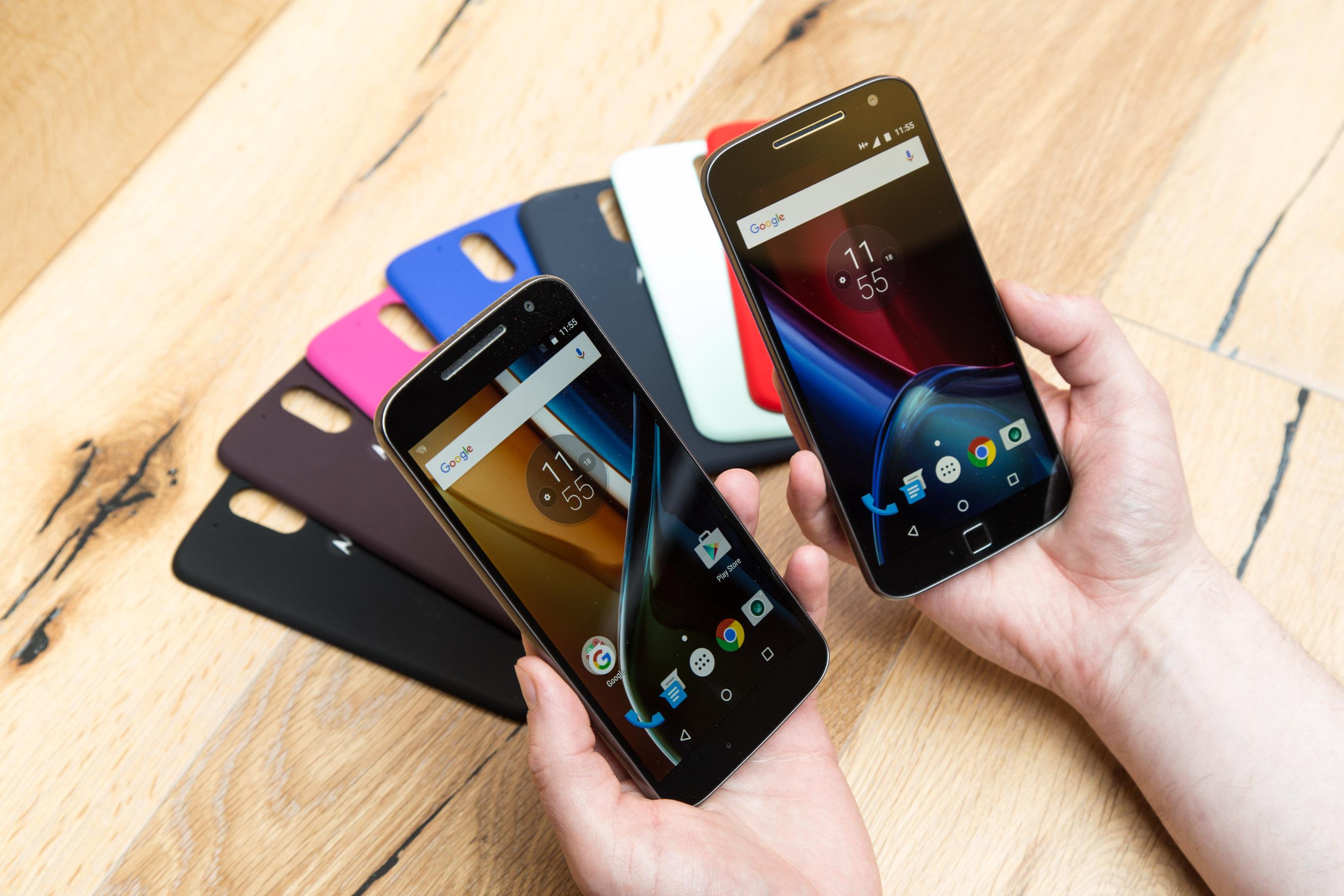 Moto G4 Plus im Hands on: Lenovos sonderbare Entscheidung - Links das Moto G4, rechts das Moto G4 Plus (Bild: Martin Wolf/Golem.de)