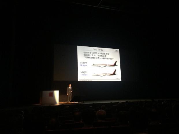 Hitoshi Iwasa von Mitsubishi zeigte auf dem Fujitsu Forum in Tokio den aktuellen Stand des MRJ-Projekts. (Foto: Andreas Sebayang/Golem.de)
