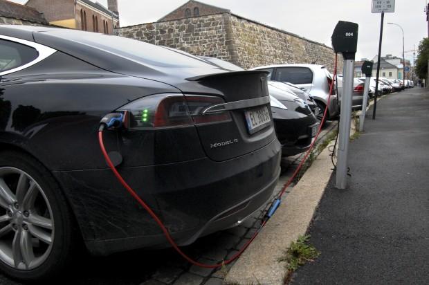 Elektroautos werden auf öffentlichen Parkplätzen im Zentrum von Oslo geladen. (Pierre-Henry Deshayes/AFP/Getty Images)