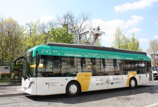 Der E-Bus Batterfly bedient seit Mai 2016 die Linie 89 im Leipziger Süden, die recht kleine Akkukapazität von 86 kWh wird durch Nachladen alle 22 km kompensiert - gut zu sehen das Nachladen per Pantograf. (Bild: SAENA)