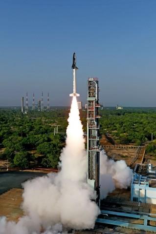 Das RLV mit Raketenstufe kurz nach dem Start am 23. Mai 2016. (Foto: ISRO)