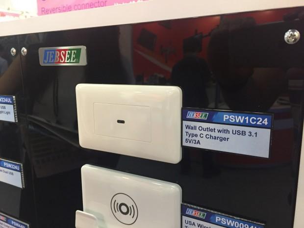 Sieht ein wenig einsam aus: die kleine USB-C-Buchse als Unterputzlösung (Foto: Andreas Sebayang/Golem.de)
