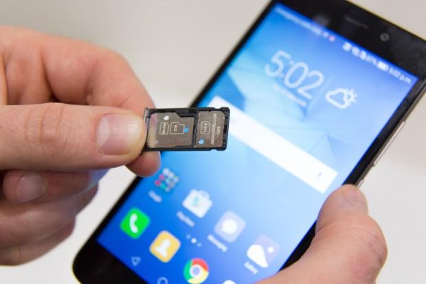 Das Honor 5C ist Dual-SIM-fähig, allerdings ist dann Platz für Speicherkarten belegt. (Bild: Martin Wolf/Golem.de)