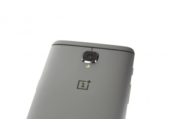 Die Rückseite ähnelt vom Aussehen her stark der aktueller HTC-Modelle. (Bild: Tobias Költzsch/Golem.de)