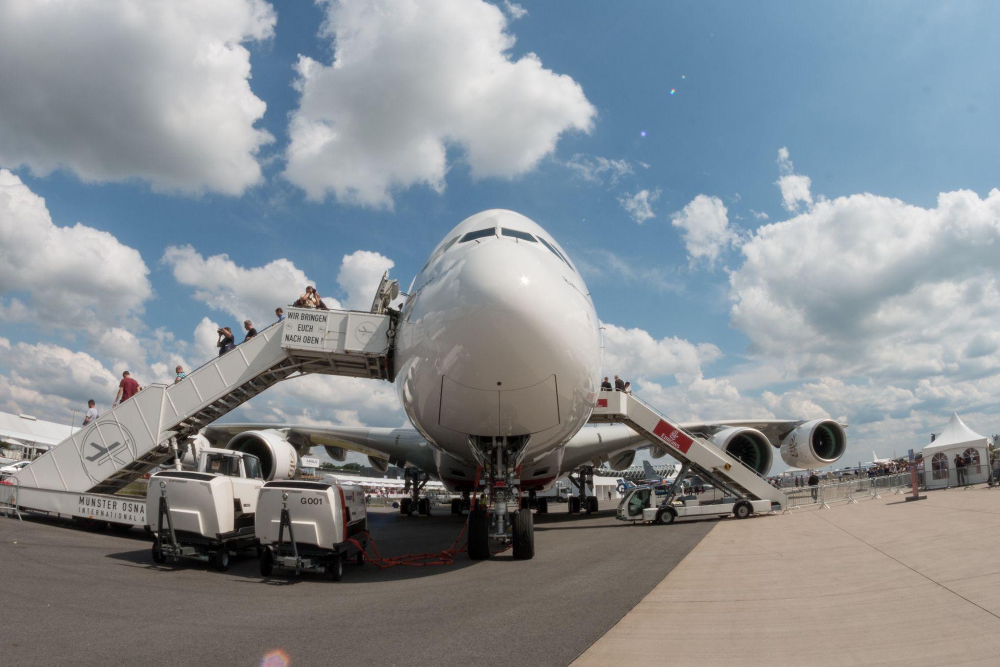 Luftfahrt: Drohnen, Schwerelosigkeit und ein Flieger aus dem 3D-Drucker - Der Airbus A380 auf der Ila 2016: Viele Besucher standen an, um das Flugzeug von innen zu sehen. (Foto: Werner Pluta/Golem.de)