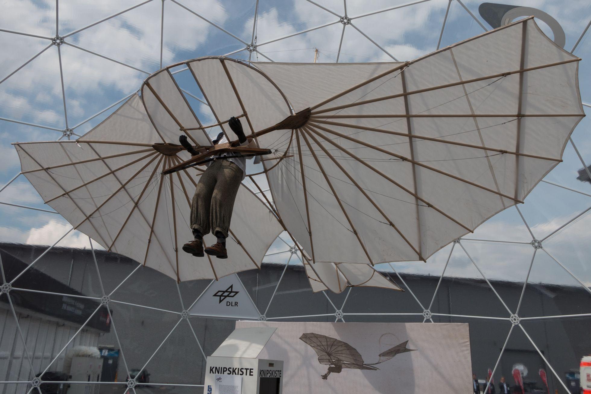 Luftfahrt: Drohnen, Schwerelosigkeit und ein Flieger aus dem 3D-Drucker - Historisch: ein Nachbau des Gleiters des Flugpioniers Otto Lilienthal (Foto: Werner Pluta/Golem.de)