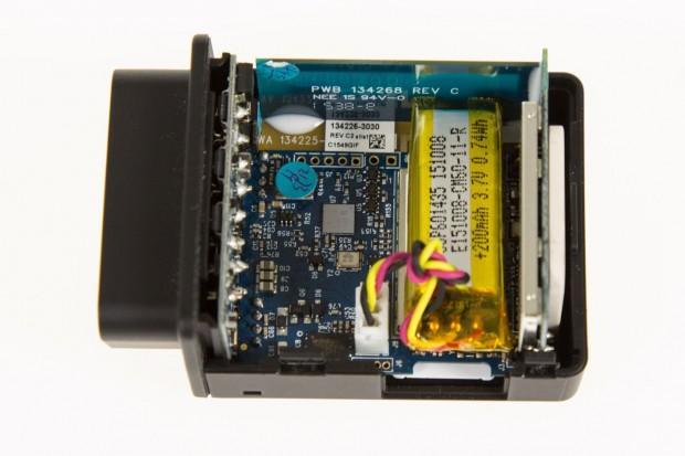 Der Stecker verfügt über einen Beschleunigungssensor, ein GPS/GSM-Modul, eine SIM-Karte, eine CPU, eine Batterie sowie einen Flash-Speicher. (Foto: Martin Wolf, Golem.de)
