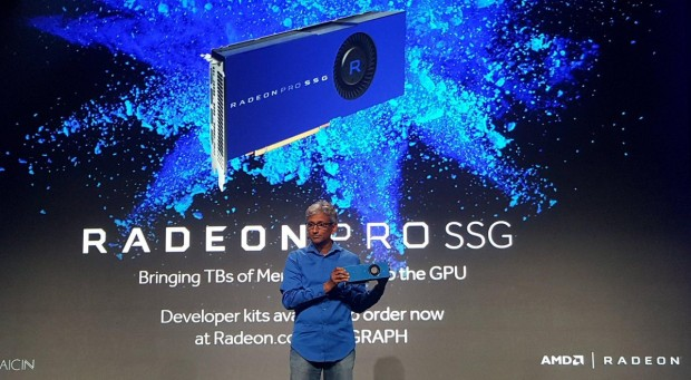 Raja Koduri zeigt die Radeon Pro SSG (Bild: AMD)
