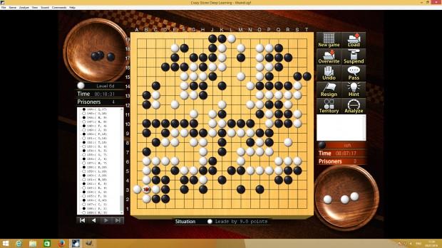Ein Spiel gegen den Computer auf der zweithöchsten Stufe mit 6 Handicapsteinen. Nach dem Tod der Gruppe im Zentrum gewinnt der Computer.