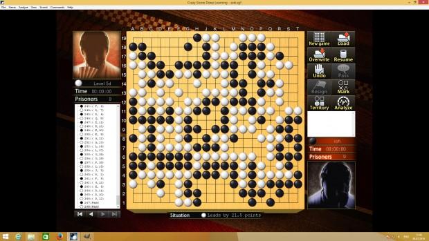 Crazy Stone kann Portäts der Spieler darstellen. Je nach Spielstand mit passendem Ausdruck. Der rote Spieler oben links liegt in Führung.