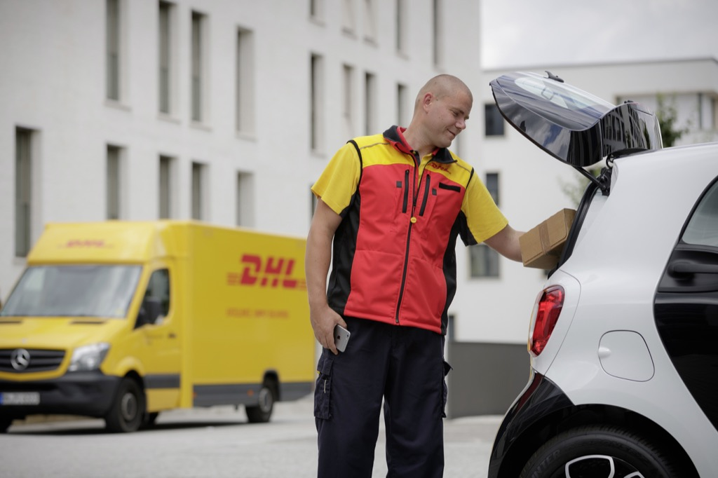 In-Car-Delivery: DHL macht den Smart zur Paketstation - In-Car-Delivery von DHL und Smart (Bild: Smart)