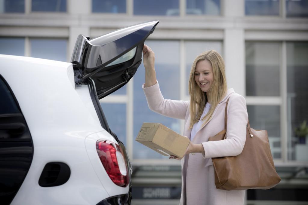 In-Car-Delivery: DHL macht den Smart zur Paketstation - In-Car-Delivery von DHL und Smart (Bild: Smart)